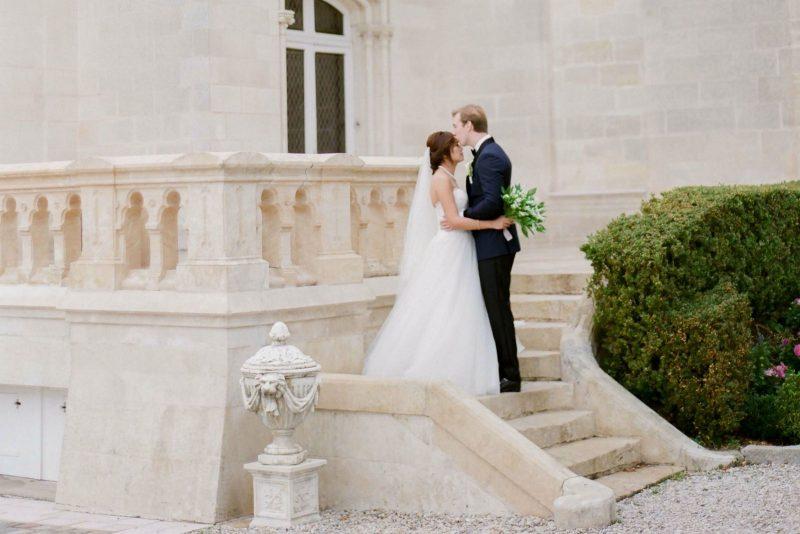 les mariés sur le parvis du chateau